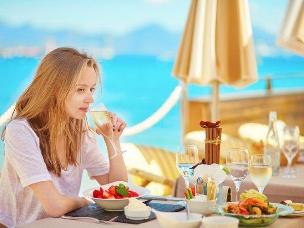 Девушка завтракает.