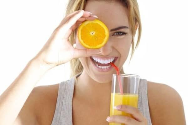 апельсин и девушка