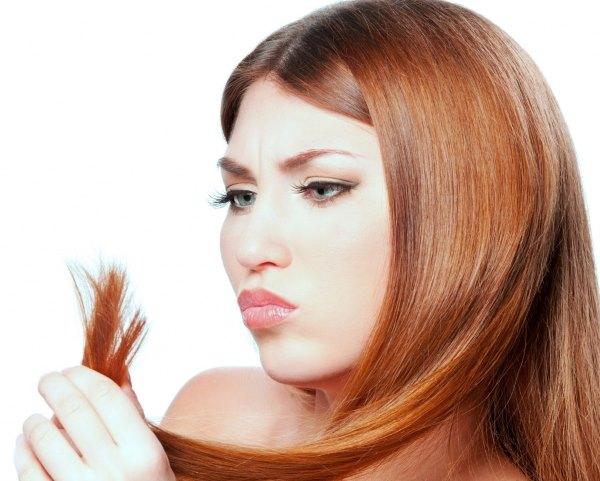 У девушки секутся волосы.