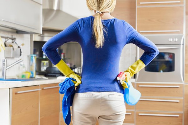 Девушка проводит уборку.