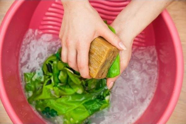 Девушка стирает хозяйственным мылом.