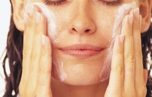 Девушка делает маску для лица из хозяйственного мыла.