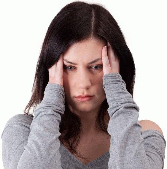 У девушки болит голова.
