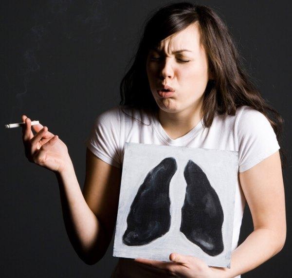 Девушка курит с больными легкими.