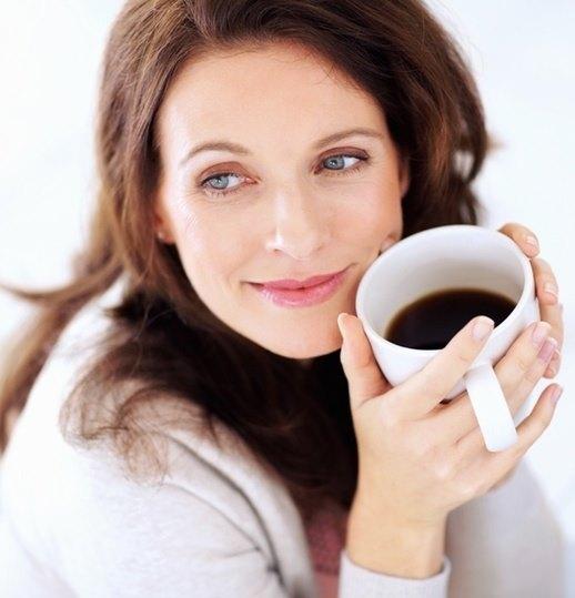 Девушка пьет кофе.