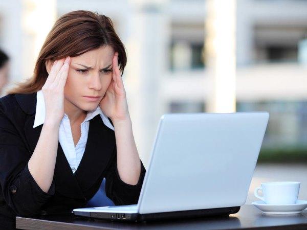 У девушки на работе болит голова.