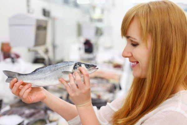 Девушка держит рыбу.