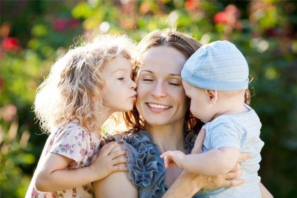 Девушка с маленькими детьми.