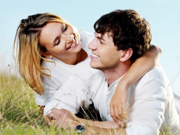 Девушка с мужчиной в поле.