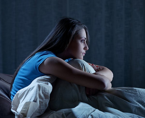 Девушка думает ночью.