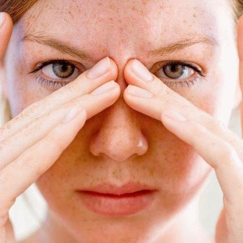У девушки болят глаза.