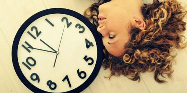 часы и девушка