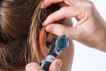 Что делать при заложенности уха в домашних условиях. Чем закапать, как удалить пробку