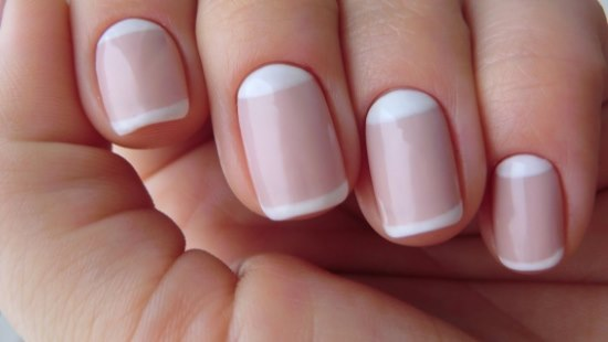 Маникюр в светлых тонах на короткие ногти. Нежный, романтичный маникюр