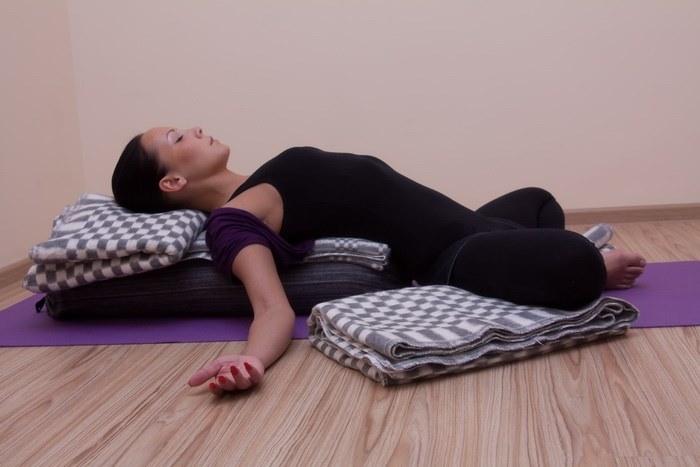 Уменьшить боль в животе при месячных народными средствами, таблетками, упражнениями