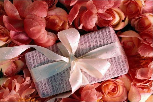 Что подарить женщине на 50 лет на день рождения. Коллеге на юбилей, своими руками, недорого, но со вкусом. Список подарков