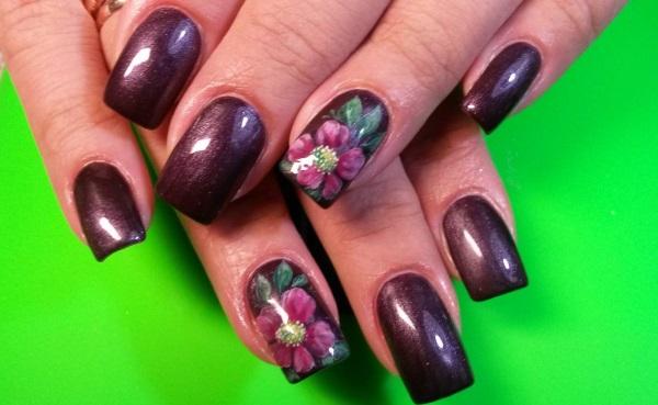 Дизайн ногтей бордового цвета с рисунком, стразами, золотом. Фото, идеи